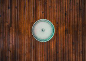 Jak układać płytki drewnopodobne w łazience?