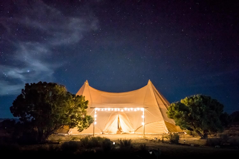 Czy warto skorzystać z namiotów na weselu, organizując ślub tematyczny?